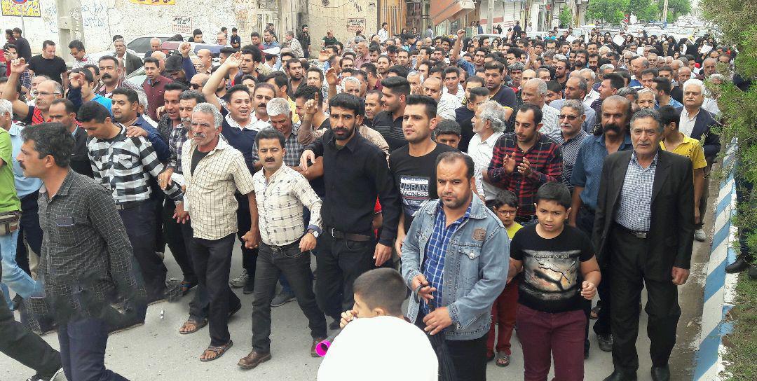 کازرون.1حرکت معترضین به سمت محل نمازجمعه۹۷۰۲۰۷