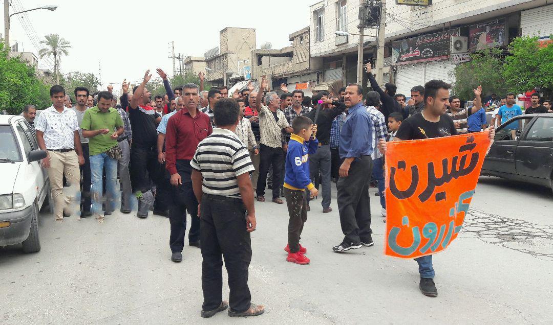 کازرون.2حرکت معترضین به سمت محل نمازجمعه۹۷۰۲۰۷