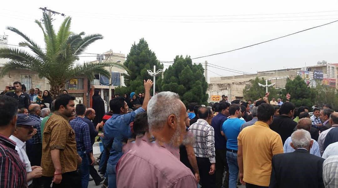 کازرون.تظاهرات هزاران نفر از مردم کازرون به سمت محل نمازجمعه رژیم.970207 3.jpg