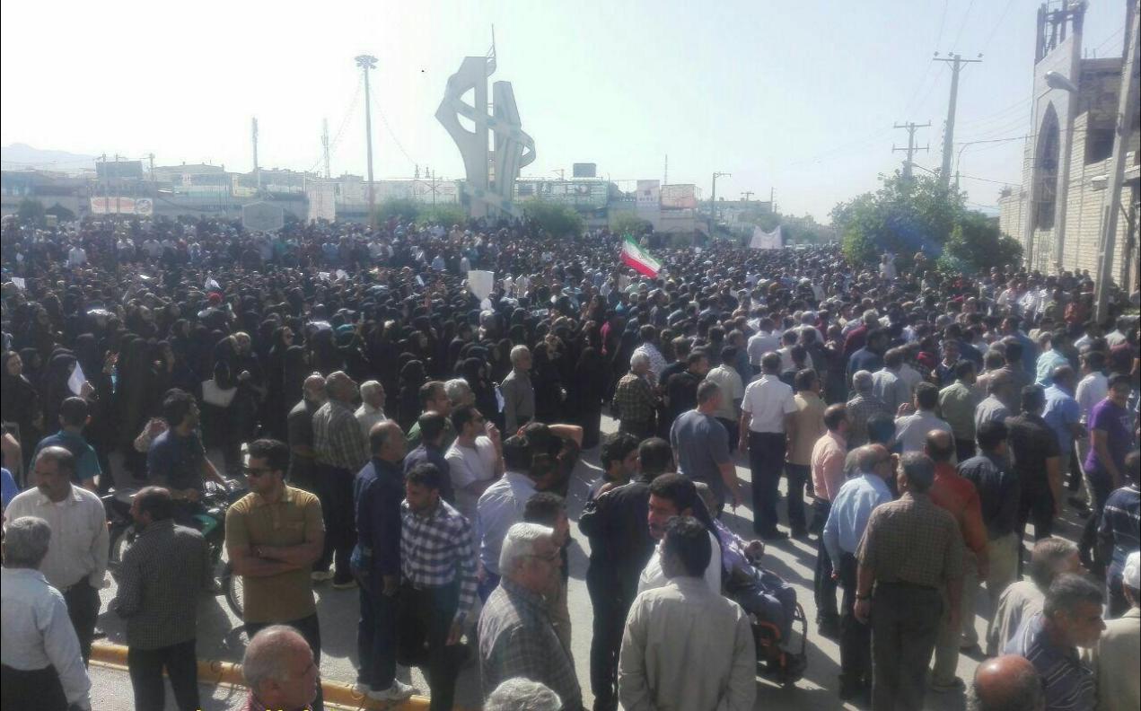 کازرون.تکمیلی 2 عکس تظاهرات مردم کازرون در میدان شهدا.970129 1
